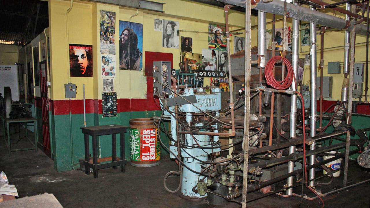 Fábrica de vinil desativada, no lendário Tuff Gong Studios, em Kingston  |  foto: Laerte Brasil