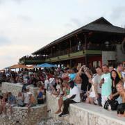 Turistas no Rick's Café para ver o pôr do sol, em Negril