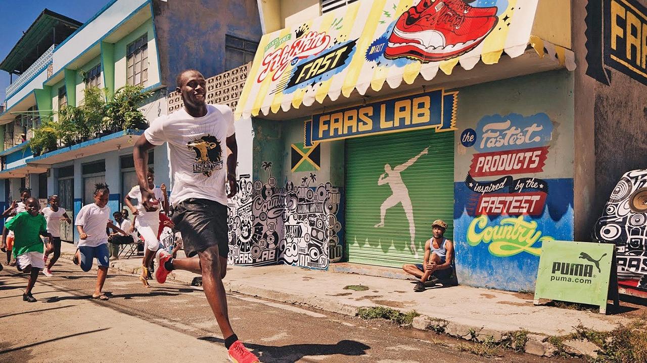 Bolt correndo com crianças pelas ruas da Jamaica  |  foto: reprodução internet