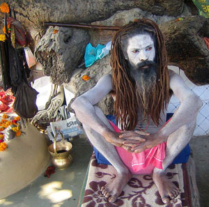 Sadhu relaxando à margem do rio Ganges (índia).       Foto: Naresh Dhiman