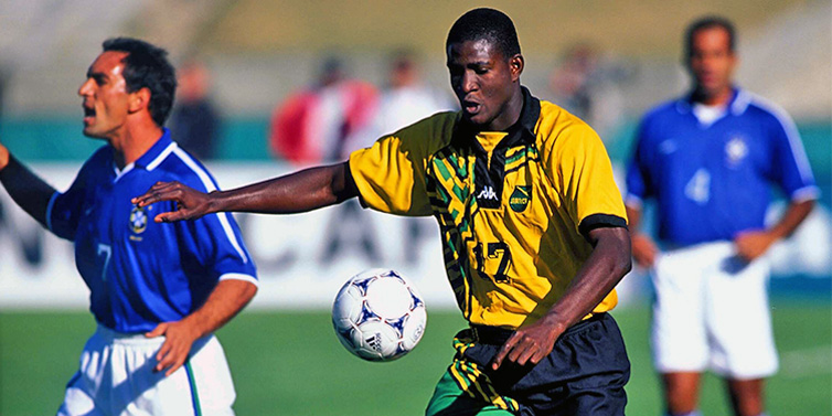 O atacante Onandi Lowe em partida contra o Brasil  | foto: reprodução internet