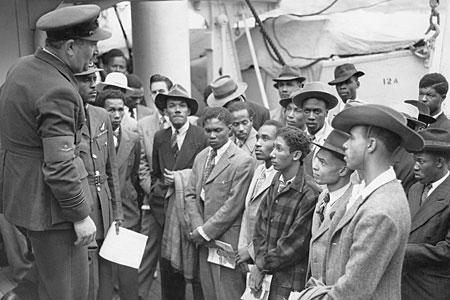 Os primeiros imigrantes jamaicanos desembarcando no Reino Unido. | foto: reprodução internet