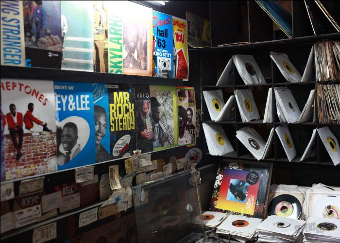 Lojas de disco como esta se via por toda a parte em Kingston, durante o auge do reggae. | foto: reprodução internet