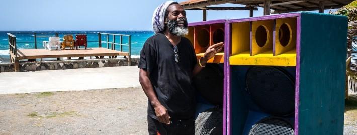 m Kingston, homem mostra, orgulhoso, uma de suas obras: uma potente caixa de som. - Foto: Kadu Pinheiro
