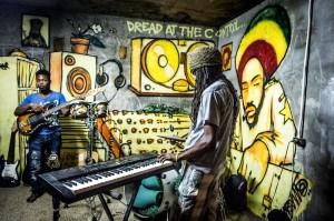 Músicos jamaicanos durante sessão de estúdio, em Trenchtown, Kingston.  |  foto: Kadu Pinheiro