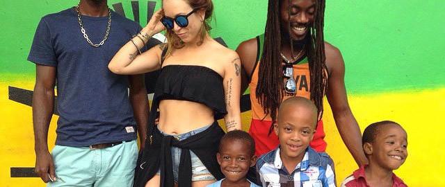 Carol Teixeira em frente à casa que foi de Bob Marley, em Trenchtown. - Foto: divulgação Carol Teixeira
