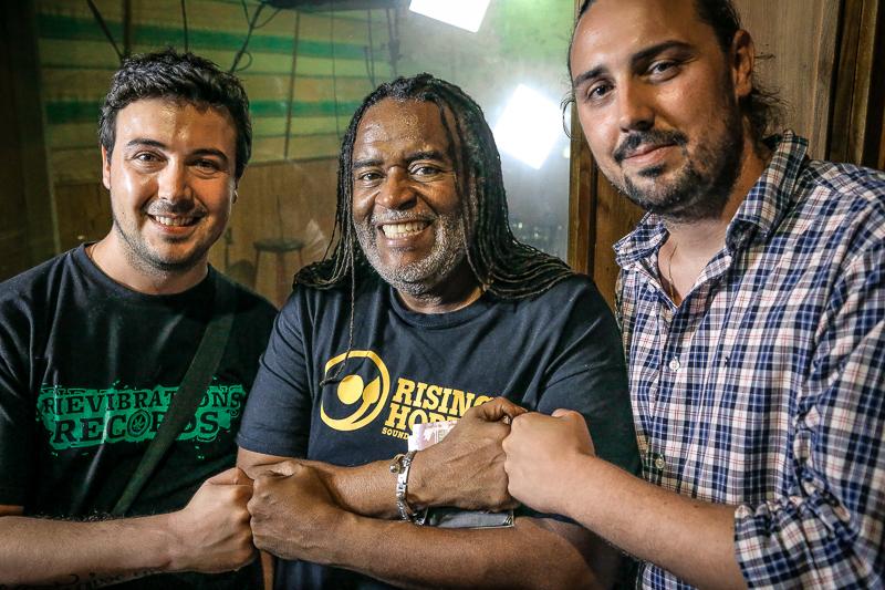 Os produtores Syrix e Professa com Dean Fraser, um dos mais aclamados músicos e produtores da Jamaica, ao centro. | Foto: reprodução Internet