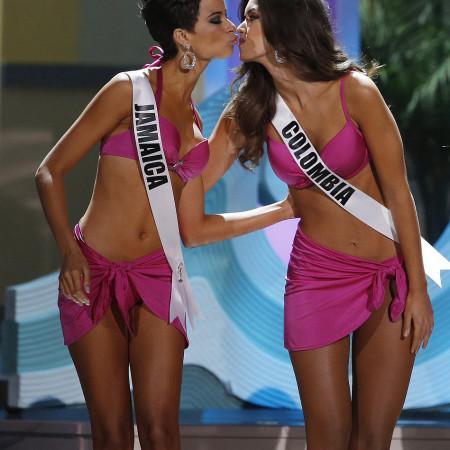 A jamaicana Kaci Fennell cumprimenta Miss Colômbia, vencedora do MIss Universo. | foto: reprodução internet