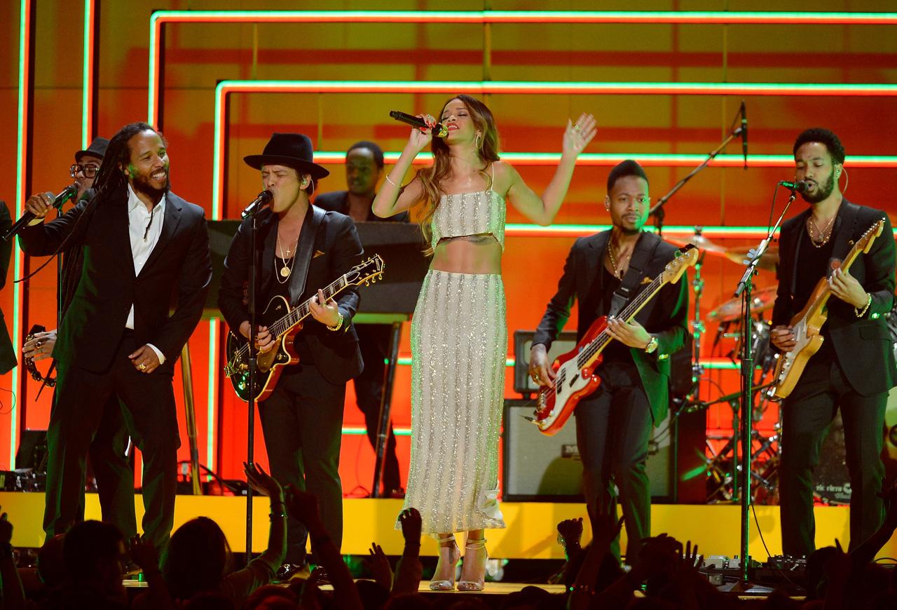 Ao lado de Ziggy Marley e Bruno Mars, Rihanna participou de tributo ao rei do reggae, Bob Marley.  |  foto: reprodução internet