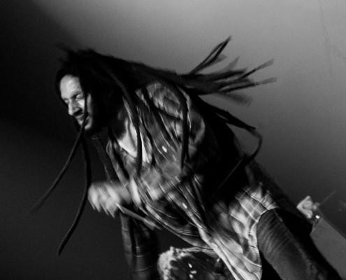 Julian Marley foi ovacionado pelo público no momento de sua entrada em cena e durante todo o show. Sua energia e entrega no palco remetem às apresentações performáticas do rei Bob Marley. | Foto: Fabiano Oliveira.