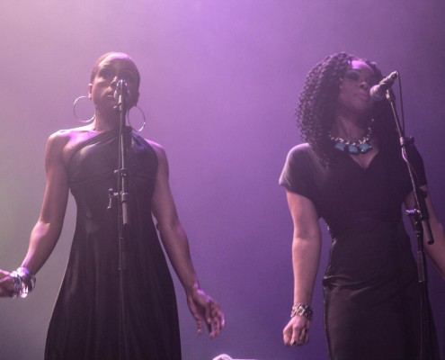 Um duo de backing vocals de tirar o fôlego! Formação especial da turnê, intitulada The Wailers Band Reunion, convenceu até os fãs mais exigentes. | fãs Foto: Alan Alves - Jamaica Experience