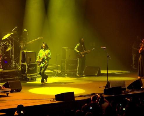 Julian Marley foi ovacionado pelo púbico logo na sua entrada em cena e durante todo o show. Sua entrega e energia no palco remetem às apresentações performáticas do rei Bob Marley. | Foto: Ricardo Canhoto - Jamaica Experience