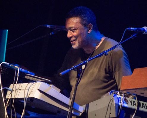 Tyrone Downie, músico que excursionou por muito tempo com Bob Marley e os Wailers, também enriqueceu a noite com sua precisão nos teclados. | Foto: Fabiano Oliveira.