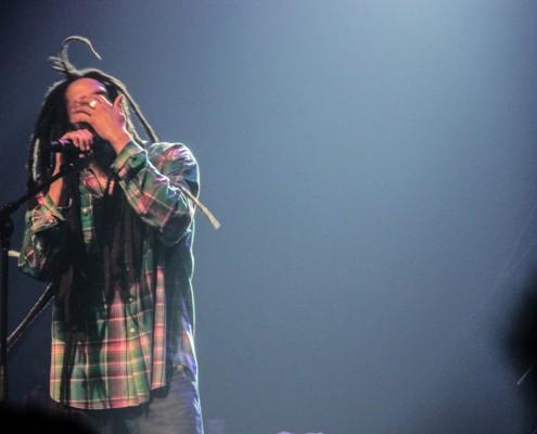 Julian Marley foi ovacionado pelo púbico logo na sua entrada em cena e durante todo o show. Sua entrega e energia no palco remetem às apresentações performáticas do rei Bob Marley. | Foto: Alan Alves - Jamaica Experience