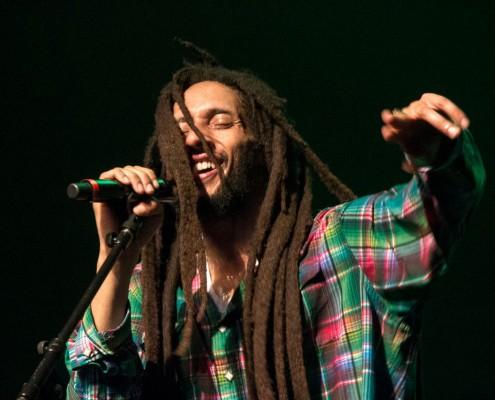Julian Marley foi ovacionado pelo púbico logo na sua entrada em cena e durante todo o show. Sua entrega e energia no palco remetem às apresentações performáticas do rei Bob Marley. | Foto: Fabiano Oliveira.