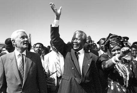 O primeiro ministro Michael Manley recebe Nelson Mandela e Winnie na Jamaica | foto: reprodução internet