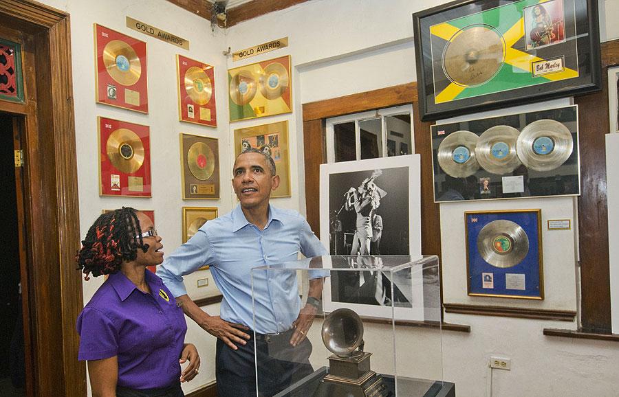 Fã confesso do rei do reggae, Barack Obama visita o Museu de Bob Marley em Kingston.  |  foto: reprodução internet