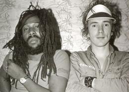 Big Youth e Johnny Rotten na Jamaica | foto: Dennis Morris | reprodução internet