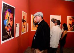 Visitantes apreciam as obras do artista em Chetumal, no México. | foto: divulgação