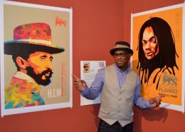 Michael 'Freestylee' Thompson e duas de suas obras que versam sobre o movimento rastafári. | foto: divulgação