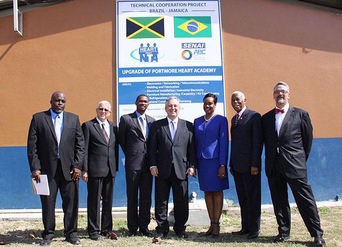 Autoridades brasileiras e jamaicanas na inauguração do Centro de Formação Profissional Brasil-Jamaica.  |  foto: reprodução internet