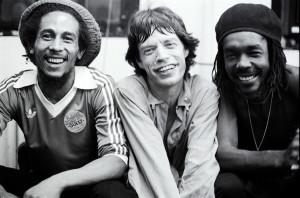 Encontro histórico: Bob Marley, Mick Jagger e Peter Tosh.  |  foto: reprodução internet